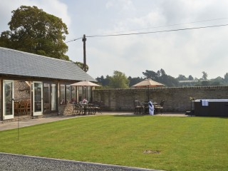 The Old Byre – Courtyard and Hot Tub